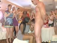 Πολύ καυλιάρης κορίτσια στόματα δοκιμάσει στρίπερ το πουλί στο Χορό Αρκούδα club