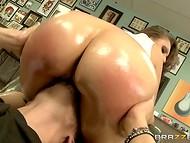 Tõesti sarvjas pornstar Tori Avano külastuste tattoo salong määrdunud ideid ja valmis tegutsema sitapea