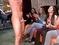 Kvalificēti attvaicētājs izsmalcināti priecīgi Dejojot Lāču kluba blonda sieviete ar klientu pirkstus un locekli