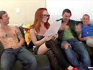 Foxy Dani Jensen με γυαλιά επισκέφθηκε τους φίλους της, να ζητήσει από κάποιο υγρό για παγωτό