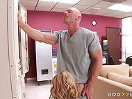 Gudrs ārsts ir relaksējoša, ar pliku kolēģis, kam savvaļas sekss starp operācijām